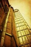Cour grunge avec le vieil axe d'ascenseur en verre Photo libre de droits