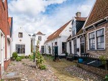 Cour Hofje avec des maisons dans la vieille ville de Den Burg sur l'île Texel, Pays-Bas images stock