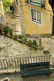 Cour idyllique dans bel Alfama Photographie stock