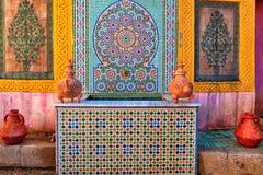 Cour intérieure avec des lampes d'argile et des vases et mosaïque méditerranéenne magnifique Photographie stock