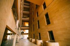 Cour intérieure d'un bâtiment à plusiers étages La façade d'un resi Image libre de droits