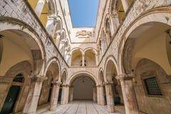 Cour intérieure dans le palais de Sponza dans Dubrovnik image stock
