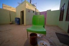 Cour intérieure dans une maison d'hôtes de Nubian au Soudan avec vue sur la maison de lavage devant la table de petit déjeuner av image libre de droits