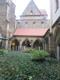 Cour intérieure du château royal dans le maçon Buissons plantés de fleur photographie stock libre de droits