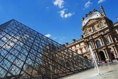 Cour Napoleon im Louvre-Palast Stockfotografie