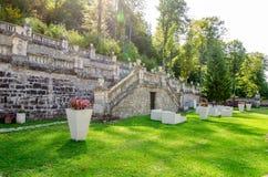 Cour royale de palais de Cantacuzino un jour ensoleillé vert image stock