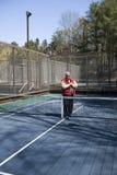 Cour supérieure heureuse de palette de tennis de plate-forme d'athlète Photographie stock libre de droits