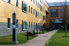 Cour sur le campus d'université Photo stock
