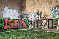 Cour urbaine abandonnée avec le graffiti coloré Photographie stock