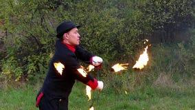 Courages人在秋天转动两个金属爱好者与火焰在himselff附近在slo mo 影视素材