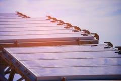 Courant électrique développé de pile solaire par la lumière de Sun, plan rapproché des panneaux solaires photovoltaïques bleus, é Image stock