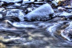 Courant congelé à froid de rivière de montagne dans la forêt froide d'hiver dans la région sauvage profonde de cercle arctique Image stock