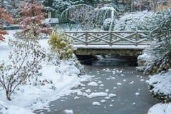 Courant congelé et peu de pont sous la neige en hiver photos stock