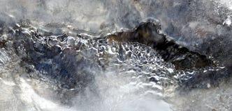 Courant de crique sous la glace transparente Photo libre de droits