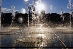 Courant de l'eau éclaboussant sur la terre Photos libres de droits
