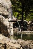 Courant de l'eau douce sortant d'un bec en métal d'une fontaine images libres de droits