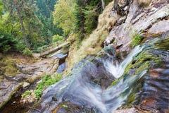 Courant de l'eau en montagne Photographie stock libre de droits