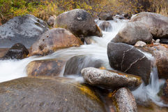 Courant de l'eau fonctionnant au-dessus des roches Images libres de droits