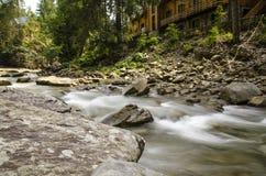 Courant de la rivière de montagne Images libres de droits