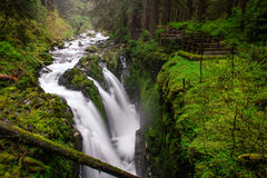 Courant de montagne avec la cascade Photos stock