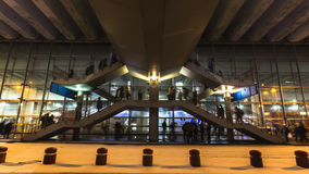 Courant des personnes passant des escaliers, Image stock