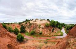Courant en fer à cheval fonctionnant en bas d'un canyon rouge au Vietnam près de Mui Ne photos stock
