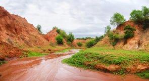 Courant fonctionnant en bas d'un canyon rouge au Vietnam photo libre de droits