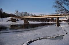 Courant glacé de rivière fonctionnant sous le vieux pont superficiel par les agents en voiture en métal Images stock