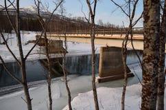 Courant glacé de rivière fonctionnant sous le vieux pont superficiel par les agents en voiture en métal Image libre de droits