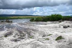 Courant puissant de l'eau au bord de la cascade images stock