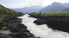 Courant rapide de rivière de Katun en montagnes Altai banque de vidéos