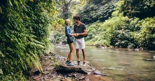 Courant se tenant prêt de montagne de jeunes couples affectueux Photos stock