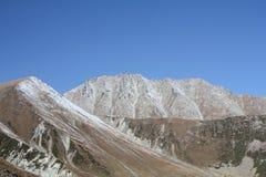 courants couverts de neige de montagne dans la perspective du ciel parfait photos stock
