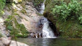 Courants d'eau en gros plan sur des pierres de montagne banque de vidéos