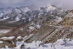 Courbe d'épingle à cheveux de route de neige de montagnes Photographie stock libre de droits
