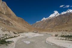 Courbe de camp de base de rivière et de traînée o K2, K2 voyage, Pakistan photo stock