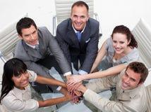 Courbe de l'équipe d'affaires avec des mains ensemble Photo stock