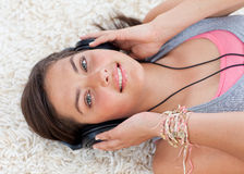 Courbe de la fille de l'adolescence écoutant la musique Image libre de droits