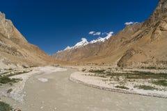 Courbe de rivière le long de la route K2 au camp de base, K2 voyage, Pakistan photo libre de droits