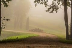 Courbe de route au brouillard Photographie stock