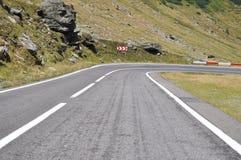 Courbe de route de montagne vers la droite photo stock
