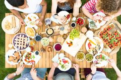 Courbe des amis mangeant de la pizza et du fruit pendant un celebratio Photo libre de droits