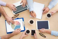 Courbe des gens d'affaires à la table image stock