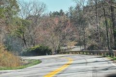 Courber des routes au milieu des montagnes de smokey photos libres de droits