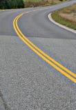Courber la route du comté dans la zone rurale Photo stock