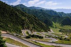 Courber la route montanic Images libres de droits