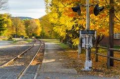 Courber la voie de chemin de fer et l'Autumn Trees coloré images libres de droits
