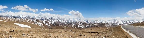 Courber le chemin de terre devant les montagnes de l'Himalaya Images stock