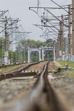 Courber les voies ferroviaires en métal, verticales photos libres de droits