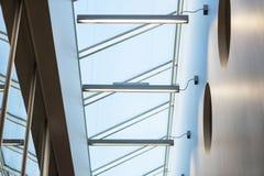 Courbes d'architecture intérieure moderne. Toit en verre Photo libre de droits